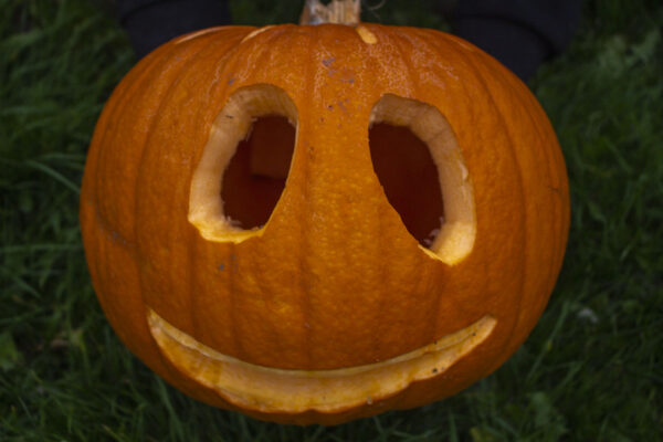 Lav-et-græskarhoved-til-Halloween