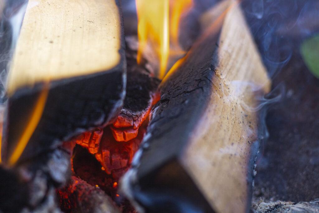 Sådan laver du bagte æbler over bål