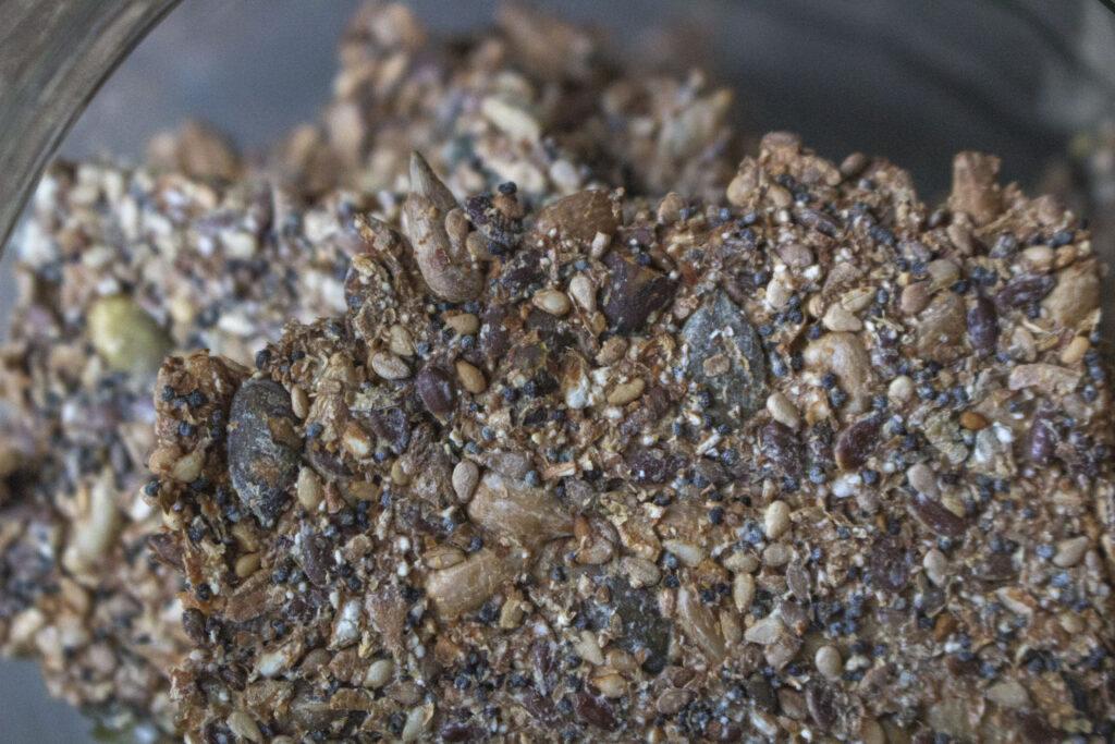 Sådan bager du knækbrød med kerner & frø